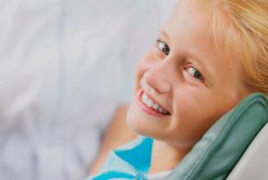 El especialista en Odontología General realiza tratamientos como la caries, extracciones, prótesis de todo tipo o tratamientos periodontales.
