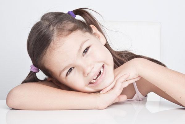 La especialidad en odontología que trata a los niños se llama odontopediatría (el pediatra de los dientes).