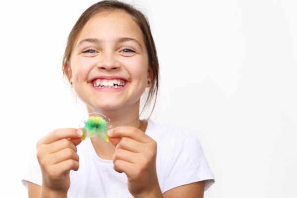 La ortodoncia utiliza la regeneración ósea mediante presiones en la corona del diente. Estas presiones provocan una zona de la raíz dentaria donde se aumenta la presión y, en el lado contrario, una zona donde se disminuye la presión.